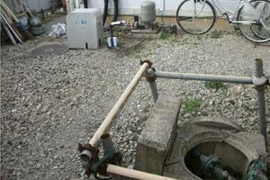 旧地上ユニット(上)と井戸(右下)